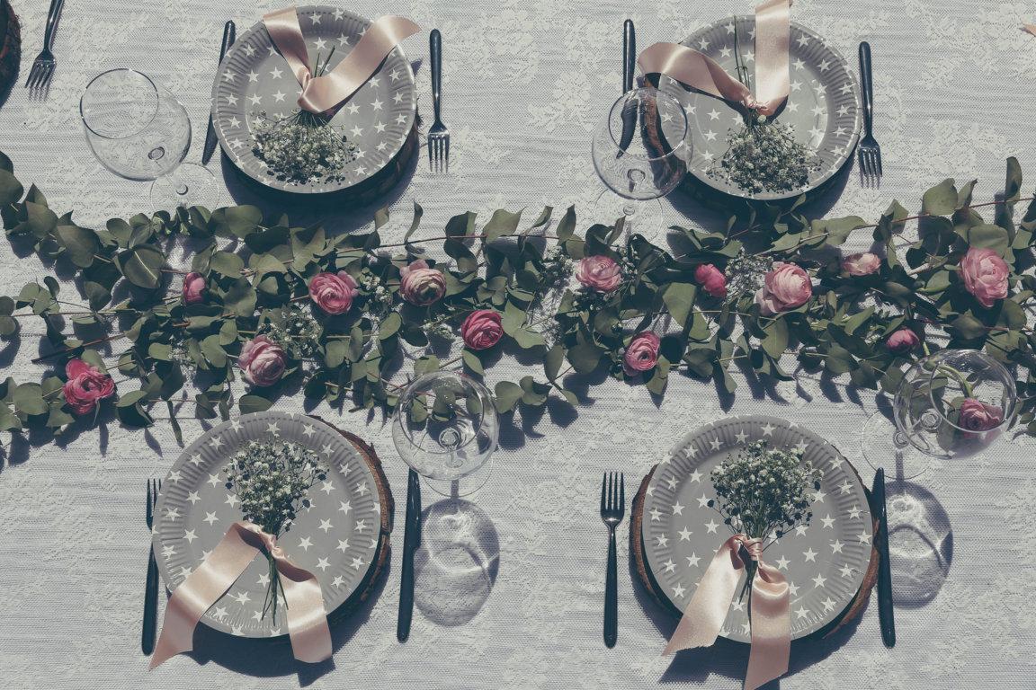 mesa decorada con eucalypthus y ranunculos