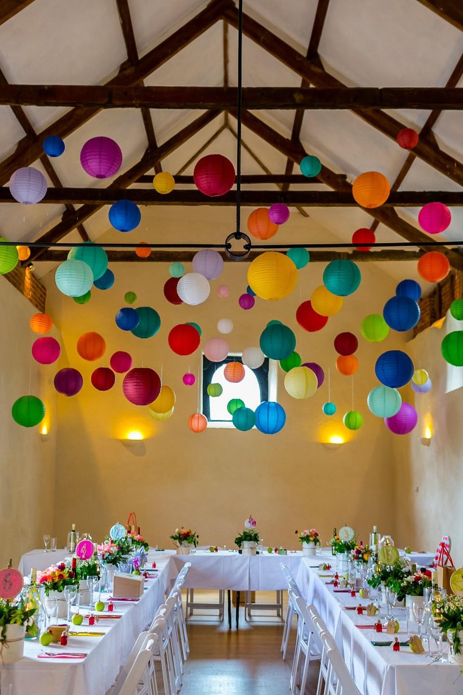 ceremonia decorada de colores vivos