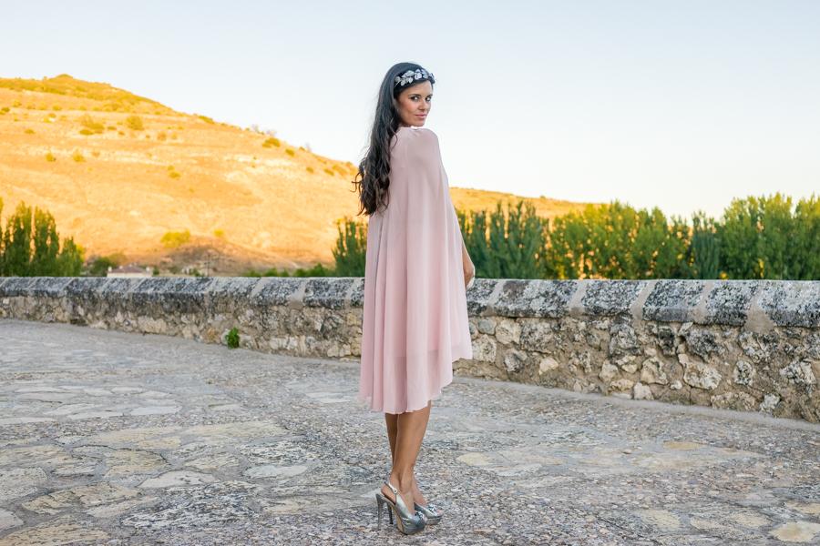 vestido invitada con capa