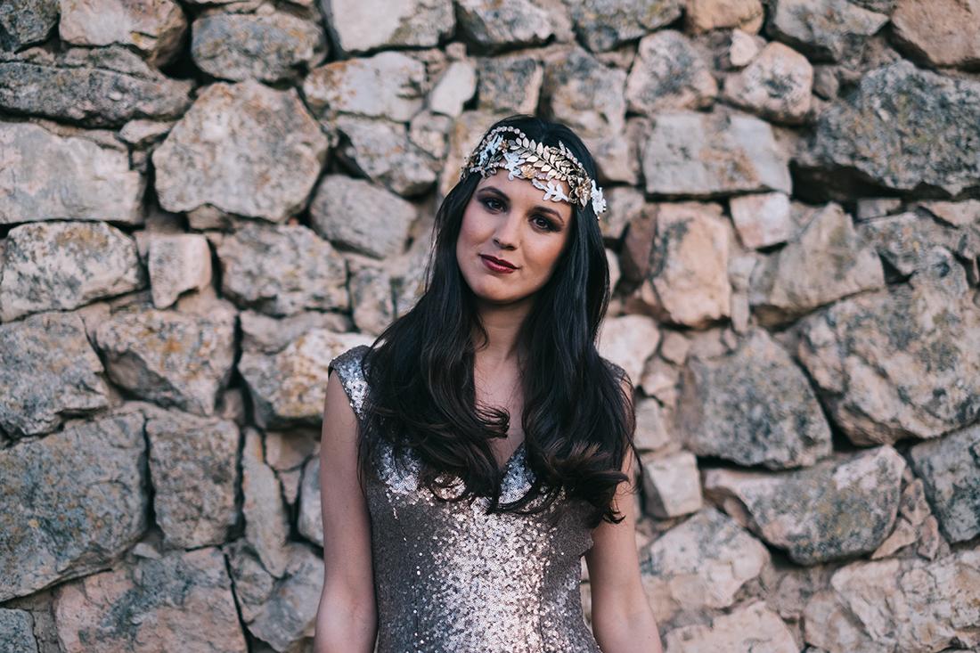 novia pelo suelto corona dorada