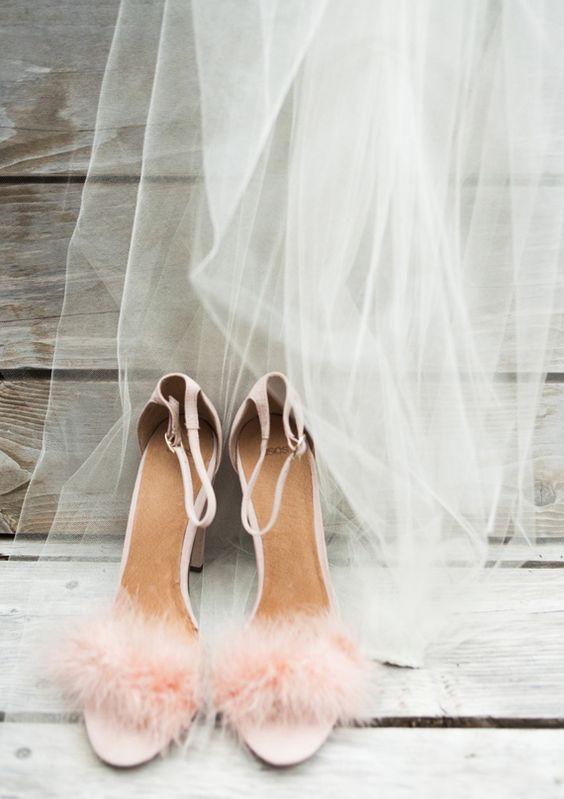 zapatos plumas novia