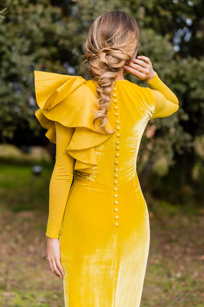 4.Vestido_invitada_amarillo_terciopelo_volante_bridalada