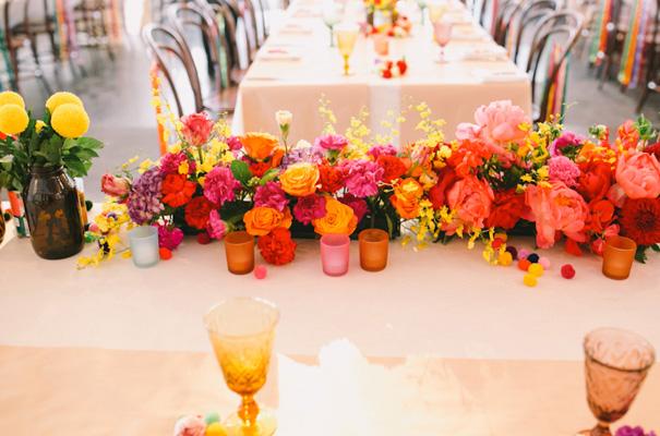 centro de mesa lleno de flores de color