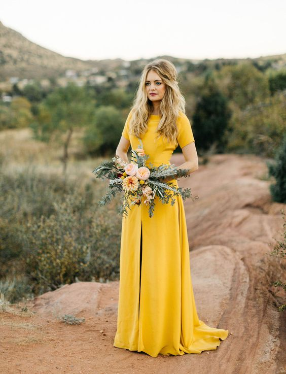 invitada boda amarillo