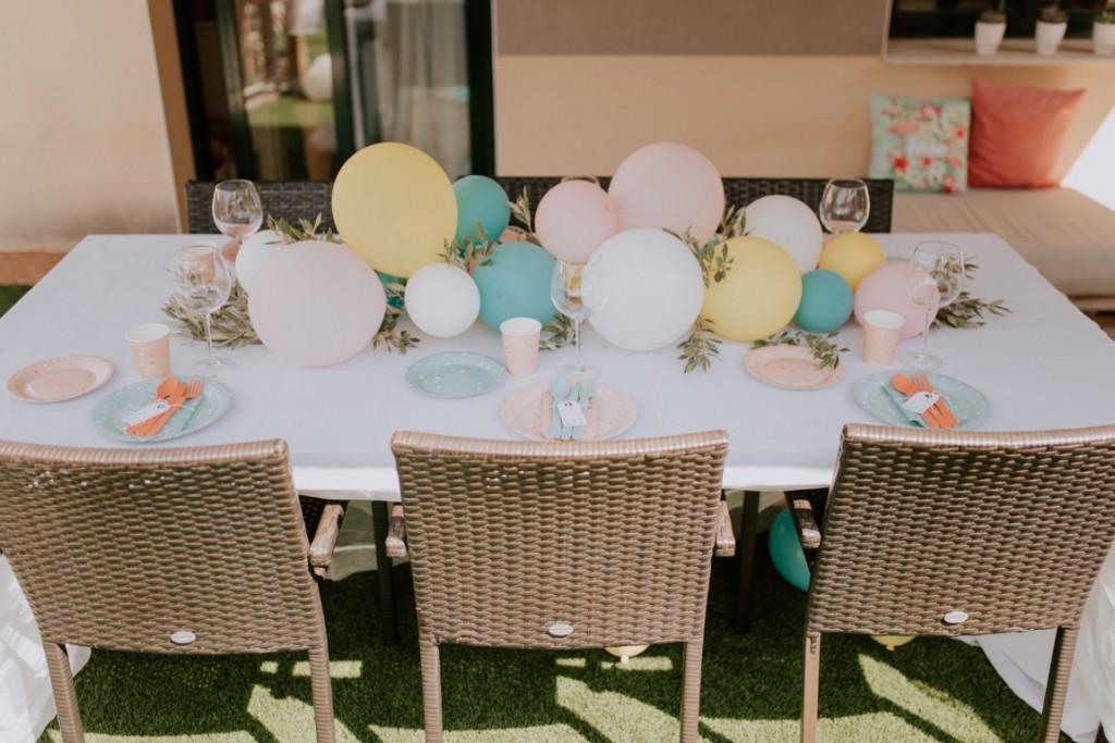 mesa decorada con globos