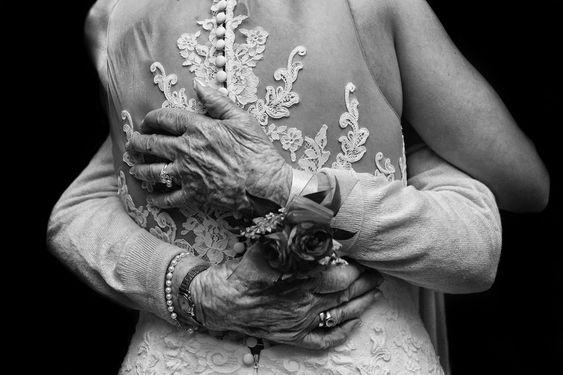 abrazo abuela boda